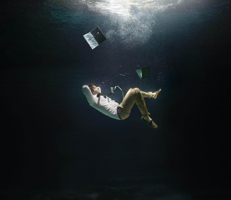 AD_underwater_businessman